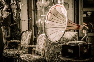 """La décoration vintage est tendance et sur toutes les lèvres. Dans cet article de blog, nous vous donnons quelques bonnes idées pour une décoration vintage. Des idées de bricolage simples pour une imitation facile. Mais avant de clarifier une question : que signifie réellement le terme """"vintage"""" ?   Le terme vintage vient de la langue anglaise et signifie """"vénérable, exquis, vieux ou excellent"""". En général, le terme """"vintage"""" désigne des articles tels que des vêtements, des meubles, des instruments de musique, des peintures ou des véhicules qui ont l'apparence d'avoir été achetés sur un marché aux puces. Toutefois, cela ne doit pas nécessairement être le cas. Ne confondez pas le vintage avec des termes tels que rétro ou seconde main.  Décorations murales DIY pour la maison Les murs blancs sont faits pour la décoration. Et grâce à quelques bons conseils de décoration vintage, vous pouvez donner à vos quatre murs un aspect totalement individuel et shabby chic et fabriquer votre propre décoration murale. Cela donne à votre appartement ou à votre maison une touche très unique et créative, avec laquelle vous vous sentez parfaitement à l'aise.   Décorez votre mur avec des assiettes colorées Une idée simple et belle pour décorer votre mur est d'ajouter des assiettes colorées comme décoration murale. L'aspect de la vaisselle ancienne sur le mur peut plonger une pièce dans une toute nouvelle atmosphère. Parfois, un bibelot suffit à planter le décor, parfois des assiettes différentes avec des motifs floraux sont utilisées pour créer un effet de pièce gaie et réconfortante. Mais on peut aussi utiliser des verres ou des bols pour la décoration. Comme il vous convient le mieux, à vous et à votre maison.  Échelle en guise d'étagère Les livres sont en fait là pour être lus. Mais ce sont surtout les livres que l'on aime qui doivent faire partie de la décoration. Vous pouvez fabriquer un porte-livre à partir d'une vieille échelle. Accrochez l'échelle horizontalement sur un ou deux mu"""